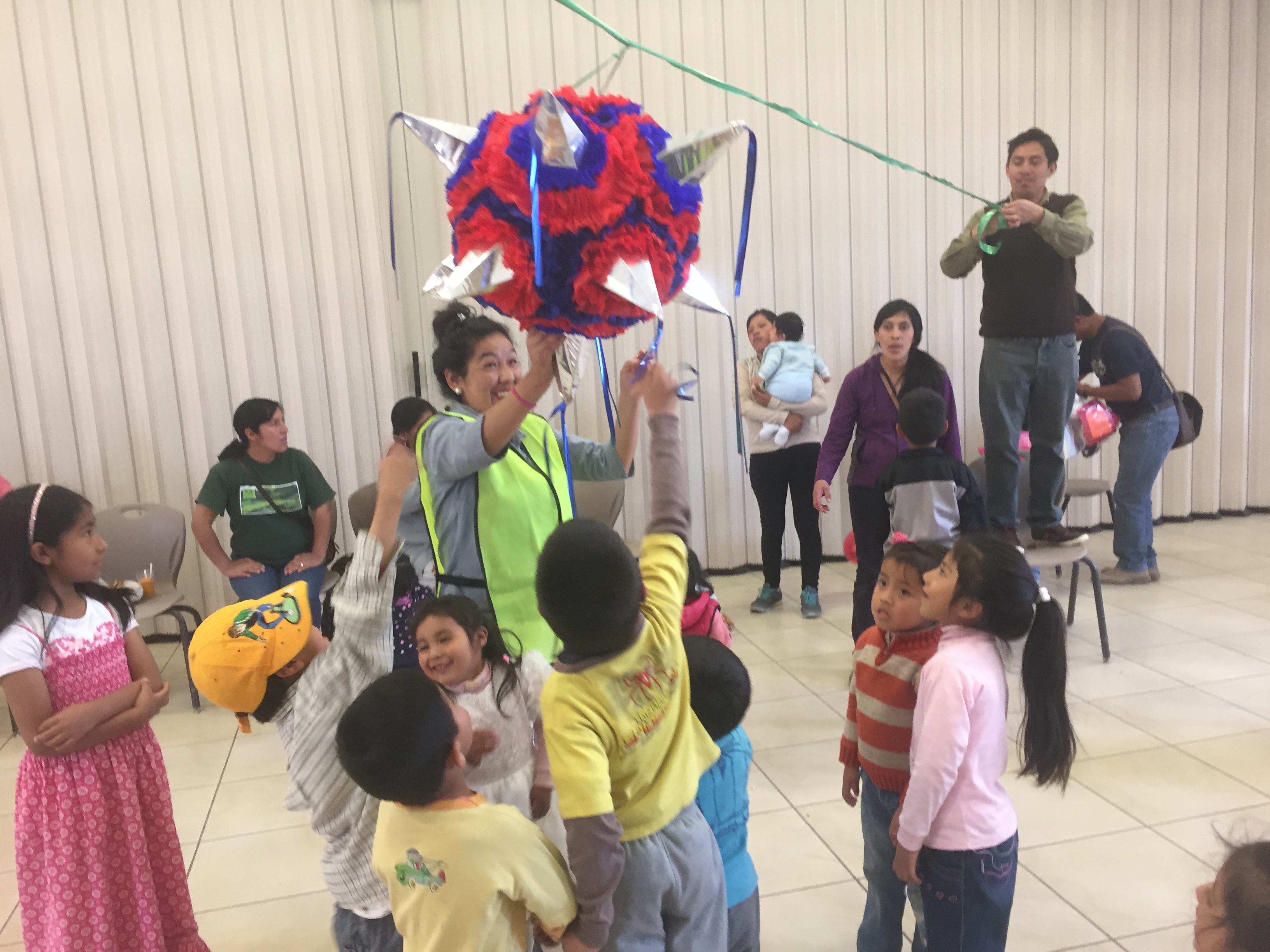 Cusco-Christmas-party-breaking-the-pinata