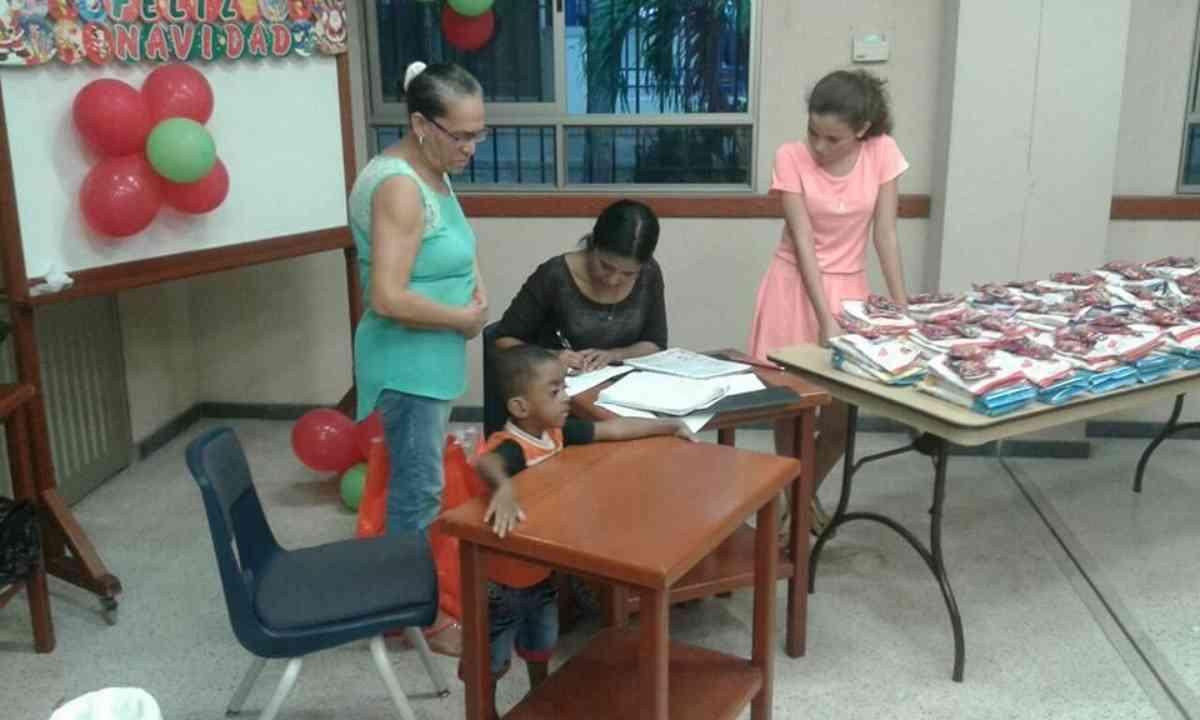 Santa Marta Christmas Screening Distribution And Party 12 2016 4